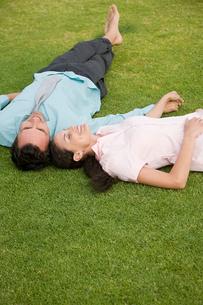 Couple lying on grassの写真素材 [FYI03464706]