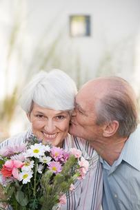 man kissing woman on the cheekの写真素材 [FYI03464749]