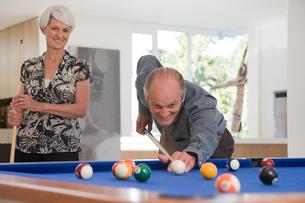 A senior couple playing poolの写真素材 [FYI03464761]