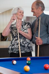 A senior couple playing poolの写真素材 [FYI03464762]