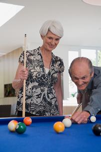 A senior couple playing poolの写真素材 [FYI03464776]
