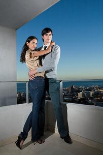 Couple on balconyの写真素材 [FYI03465118]