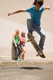 A boy doing jumps with a skateboardの写真素材 [FYI03465247]