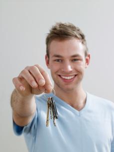 A man holding keysの写真素材 [FYI03465383]