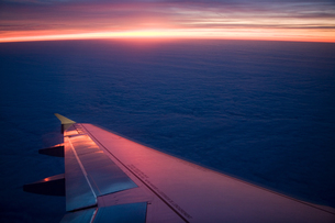 Airplanes wing in flightの写真素材 [FYI03465746]