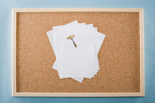 Paper and darts on a noticeboardの写真素材 [FYI03465950]