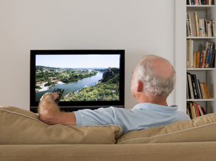 A senior man watching tvの写真素材 [FYI03466204]