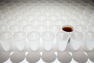 Cup of cola amongst empty cupsの写真素材 [FYI03466381]