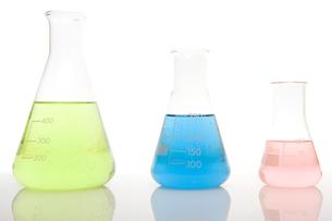 Three volumetric flasks in a rowの写真素材 [FYI03466385]