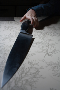 Child reaching for knifeの写真素材 [FYI03466427]
