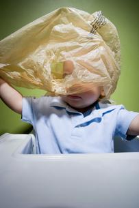 Baby in danger with plastic bagの写真素材 [FYI03466437]