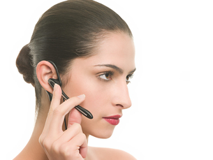 Woman using hands free deviceの写真素材 [FYI03466575]