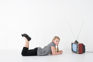 Girl with televisionの写真素材 [FYI03466644]