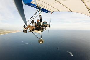 Pilot and photographer on ultralight aircraftの写真素材 [FYI03466928]