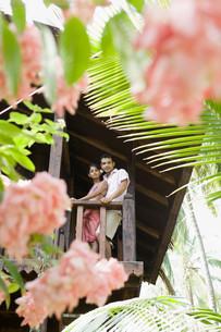 Couple on balconyの写真素材 [FYI03467765]