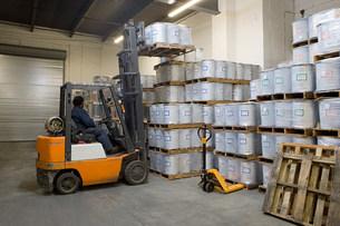 Fork lift driver lifting palletsの写真素材 [FYI03467804]
