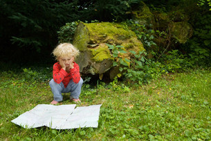 A boy with a mapの写真素材 [FYI03467921]