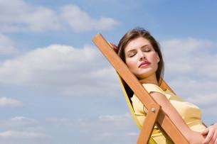 Young woman in deckchairの写真素材 [FYI03468093]