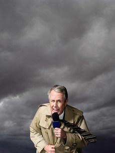 News presenter in stormの写真素材 [FYI03468235]