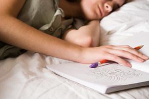 Teenage girl with diaryの写真素材 [FYI03468273]
