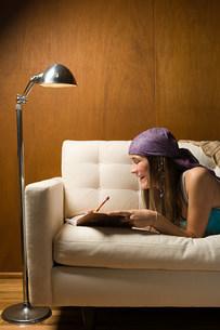 Teenage girl with diaryの写真素材 [FYI03468280]