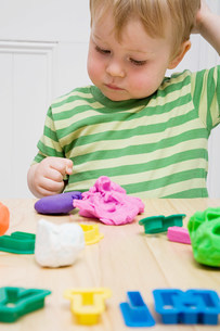 Little boy with modelling clayの写真素材 [FYI03468307]