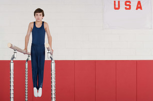 Gymnast on parallel barsの写真素材 [FYI03468419]