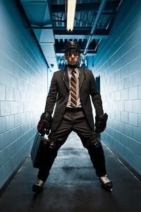 Businessman wearing ice hockey uniformの写真素材 [FYI03468628]