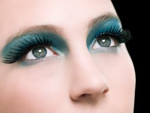A young woman wearing false eyelashesの写真素材 [FYI03469154]