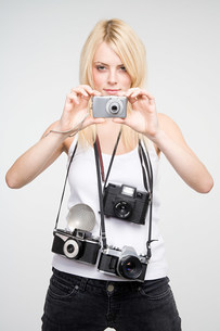 A young woman taking picturesの写真素材 [FYI03470112]