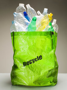 Plastic bottles in a recycling bagの写真素材 [FYI03470154]