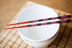 Dishes and chopsticksの写真素材 [FYI03470464]