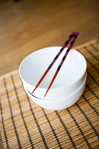 Dishes and chopsticksの写真素材 [FYI03470465]