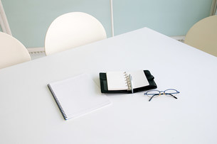 Eyeglasses and diary on a tableの写真素材 [FYI03470516]