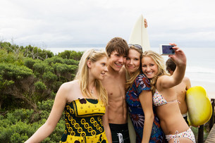 Teenager surfers with cameraの写真素材 [FYI03470684]