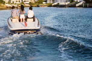 Teenager on motorboatの写真素材 [FYI03470704]