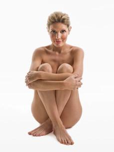 Nude woman sittingの写真素材 [FYI03470876]