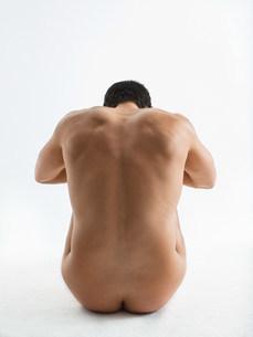 Nude man sittingの写真素材 [FYI03470886]