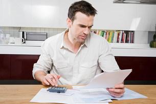 Man doing home financesの写真素材 [FYI03471245]
