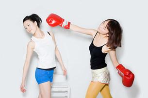Young women boxingの写真素材 [FYI03471427]