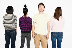Man in row of womenの写真素材 [FYI03471775]