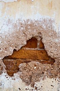 Broken brick wallの写真素材 [FYI03471931]