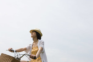 Young woman cyclingの写真素材 [FYI03471968]