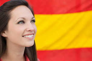 Young woman and spanish flagの写真素材 [FYI03472001]