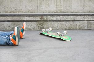Feet of teenager who has fallen off skateboardの写真素材 [FYI03472121]
