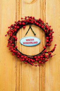 Christmas wreath on doorの写真素材 [FYI03472143]