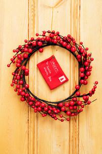 Christmas wreath on doorの写真素材 [FYI03472165]