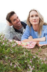 Couple outdoorsの写真素材 [FYI03472221]