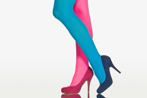 Woman with contrasting tights and shoesの写真素材 [FYI03472353]