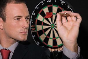 Businessman playing dartsの写真素材 [FYI03472454]